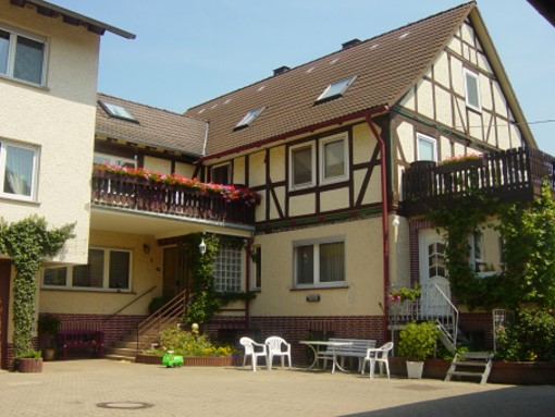 Hofbild_Haus_Balkon