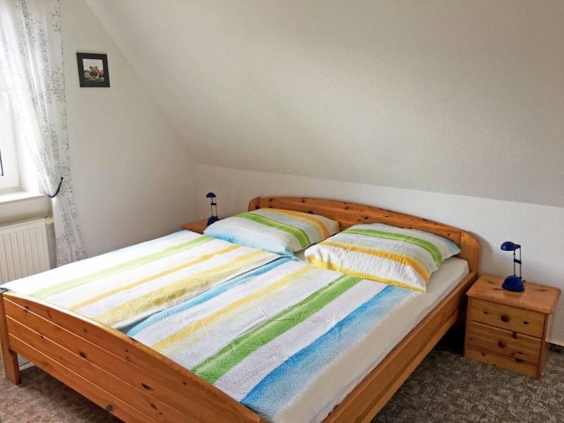 1-schlafzimmer-mit-doppelbett