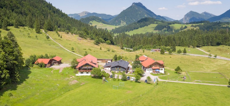 Urlaub-auf-dem-Bauernhof-Aus-der-Luft-1436x666