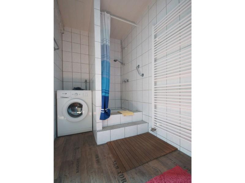 badezimmer-mit-begehbarer-dusche-und-waschmaschine