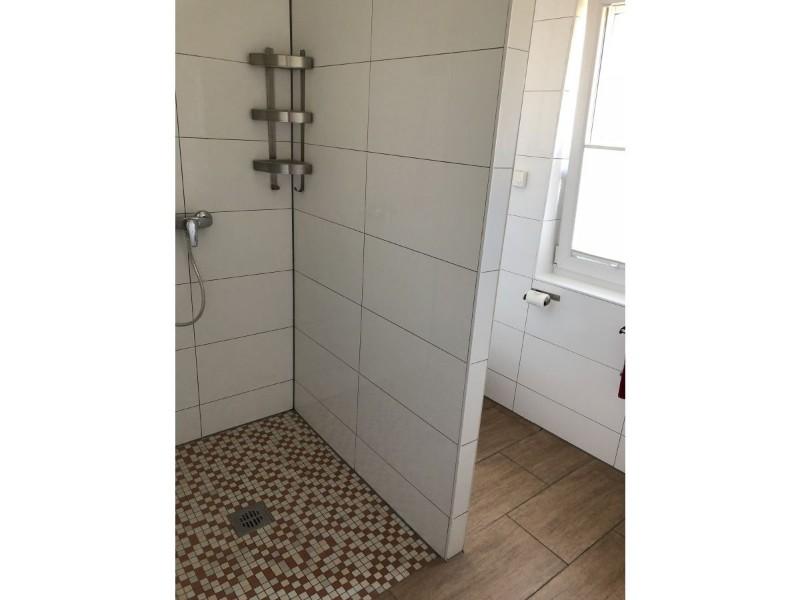 begehbare-dusche-mit-fenster-im-bad-baerengasse-20