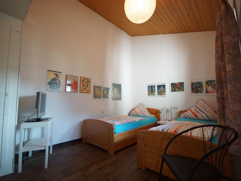 schlafzimmer-mit-2-einzellbetten-zustellbett-moeglich