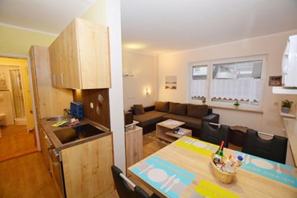 1296_appartementhaus-seepferdchen_fewo1-kuechenzeile-mit-blick-zum-wohnraum_thb