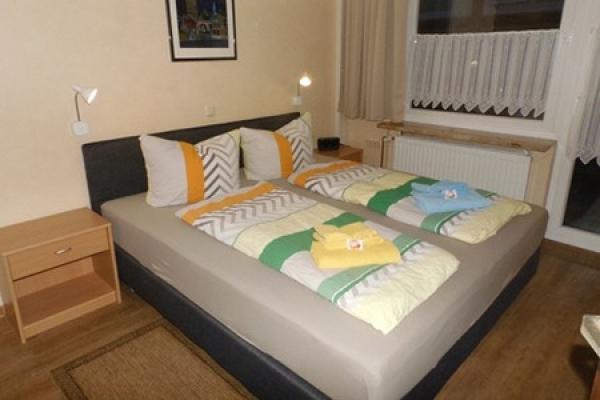 1296_appartementhaus-seepferdchen_fewo1-schlafraum_thb