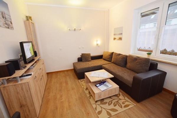 1296_appartementhaus-seepferdchen_fewo1-wohnraum_thb