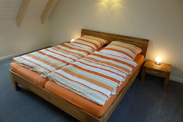 775_ferienhof-riessen_backhaus-fewo-schlafzimmer_thb
