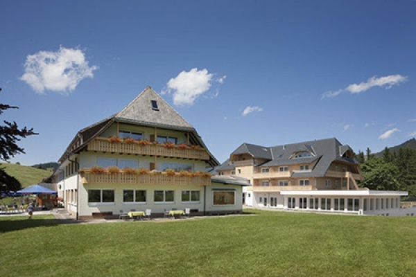 1085_hotel-roessle-bernau_aussenansicht_thb