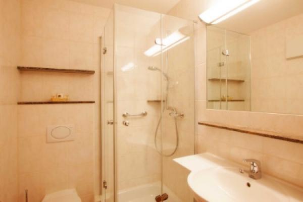 1584_hotel-gaestehaus-zuern_doppelzimmer-bad_thb