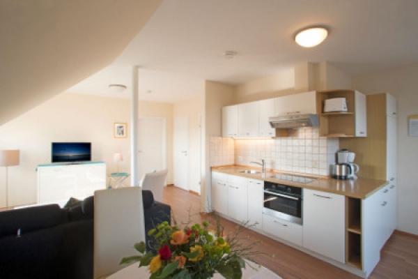 1584_hotel-gaestehaus-zuern_fewo-pfaender-wohnzimmer_thb