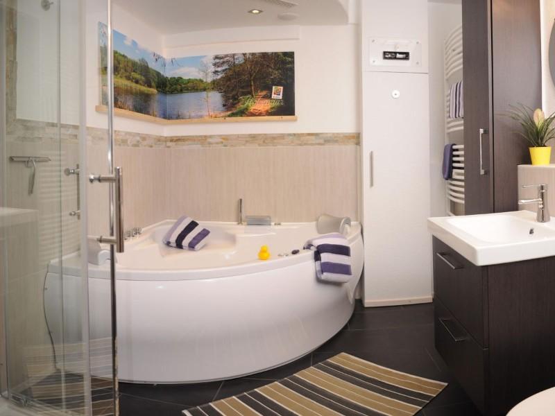 badezimmer-mit-dusche-und-whirlpool